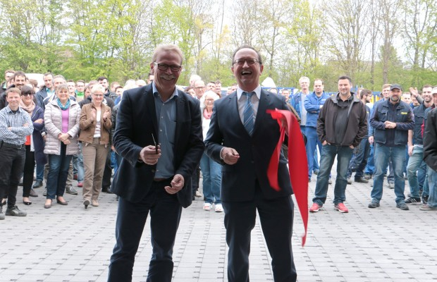 Udo Klaußner (right) and Edgar Schmitz open the new spare parts distribution hall in Andernach with the symbolic cut.